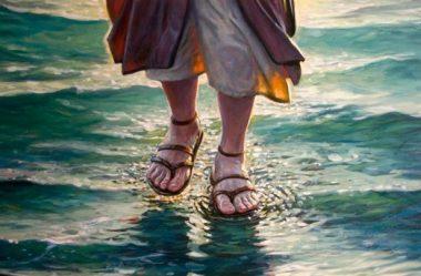Jesus anda por sobre o mar