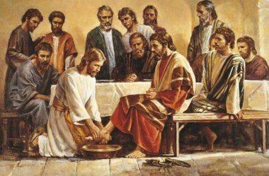 Jesus lava os pés aos discípulos